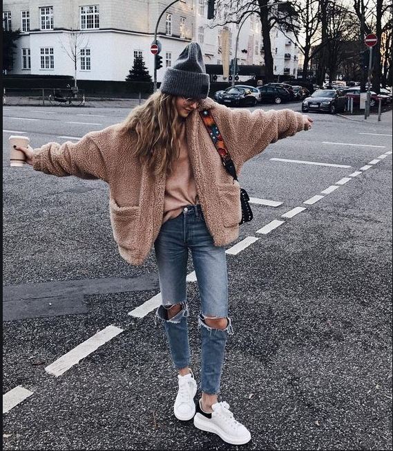 https://i.styleoholic.com/2018/01/03-blue-ripped-jeans-a-pink-sweater-a-pink-fluffy-coat-a-beanie-and-white-sneakers.jpg